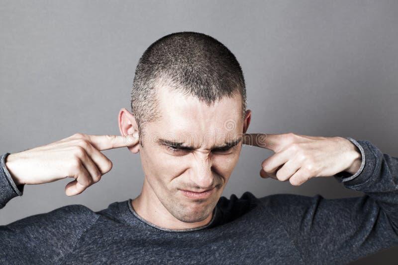 Stressad ut ung man som ska vägras att lyssna till problem royaltyfri foto