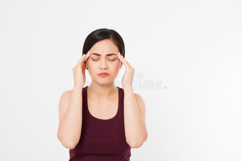 Stressad utmattad asiatisk japansk kvinna som har stark spänningshuvudvärk Stående av sjukt flickalidande från den Head migrän, F royaltyfria bilder