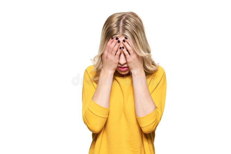 Stressad utmattad ung Having Strong Tension för kvinnlig student huvudvärk Känsligt tryck och spänning tryckt ned deltagare royaltyfria foton