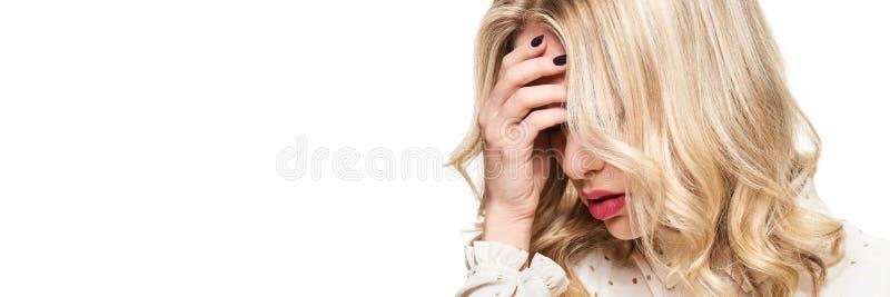 Stressad utmattad ung kvinnlig som har huvudvärk Kännande tryck- och spänningsbaner Deprimerad kvinna med huvudet i händer royaltyfria foton