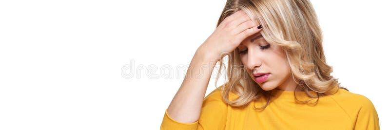 Stressad utmattad ung kvinnlig som har huvudvärk Kännande tryck- och spänningsbaner Deprimerad kvinna med huvudet i händer royaltyfri fotografi