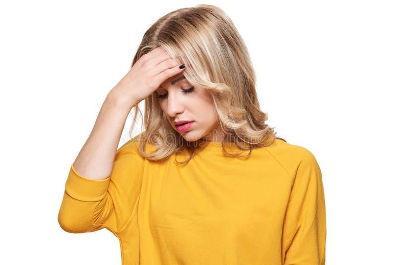 Stressad utmattad ung kvinnlig som har stark spänningshuvudvärk Känsligt tryck och spänning Deprimerad kvinna med huvudet i hände arkivbilder