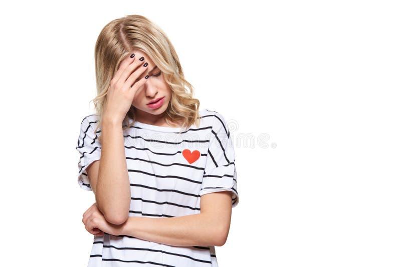 Stressad utmattad ung kvinnlig student Having Headache Känsligt tryck och spänning Deprimerad student With Head i händer royaltyfria bilder