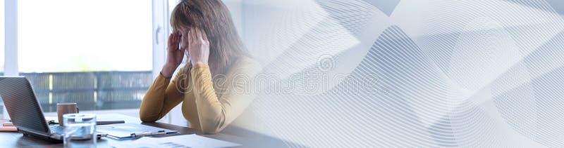 Stressade affärskvinnainnehavhänder på tempel panorama- baner fotografering för bildbyråer