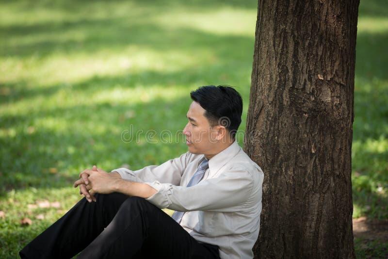 Stressade unga asiatiska affärsmän arkivbild