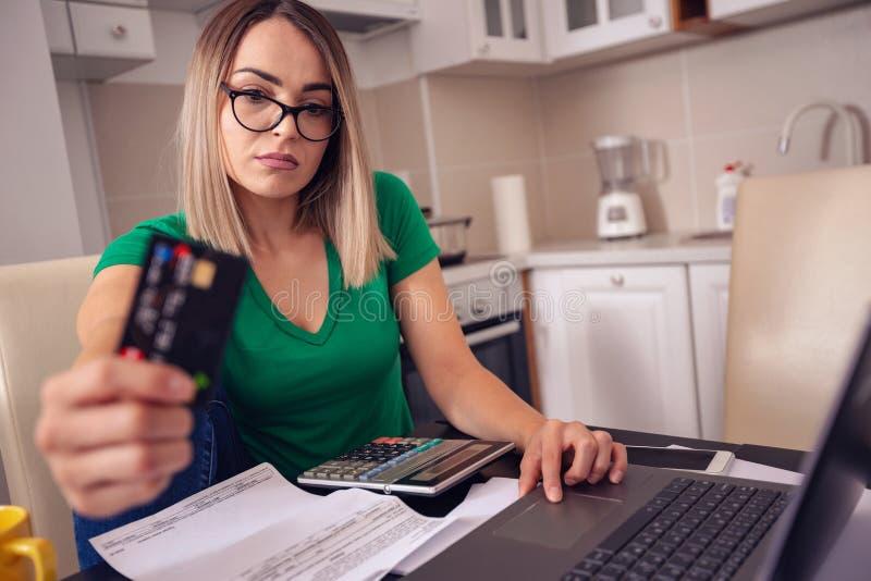Stressat hemmastatt arbete för affärskvinna - betala fakturerar e-bankrörelsen royaltyfri bild