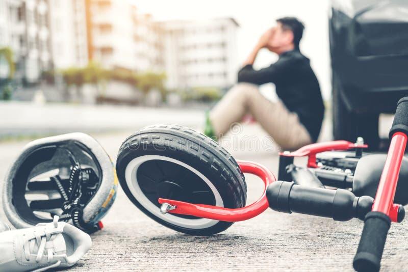 Stressat manlidande efter olycksbilkrasch med barns cykel fotografering för bildbyråer