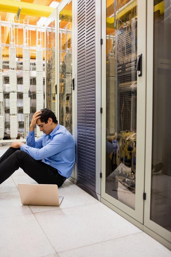 Stressat teknikersammanträde i hall arkivfoton