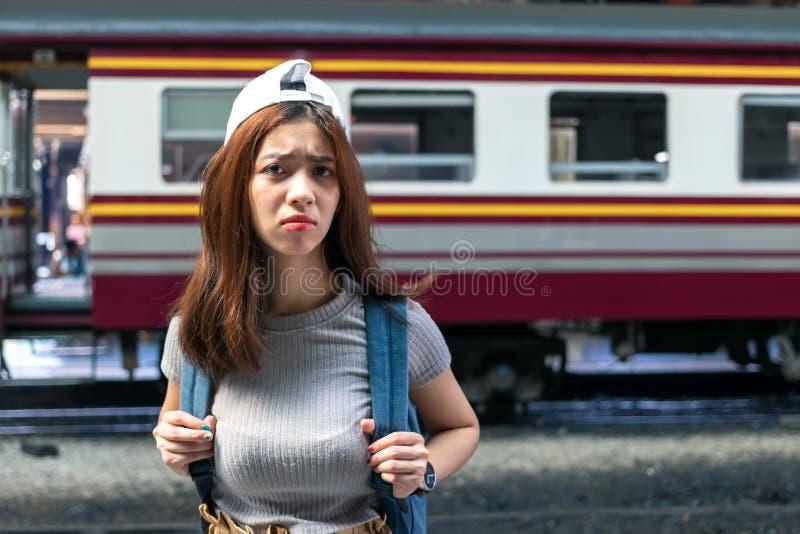 Stressed沮丧的年轻亚裔夫人旅游感觉震动和挫败在错过以后火车 问题和旅行生活方式概念 免版税库存图片
