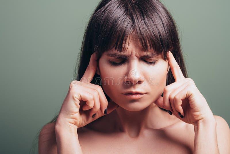 Stressed挫败了疲乏的情感妇女画象 免版税库存照片