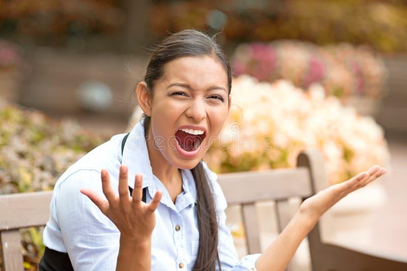 Stressed frustró a la mujer joven que gritaba imagenes de archivo