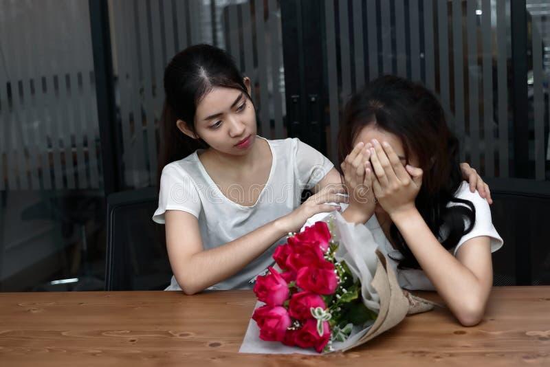 Stressed frustrou a mulher asiática nova que apoia o amigo fêmea de grito comprimido na sala de visitas Quebre acima ou o melhor  fotos de stock