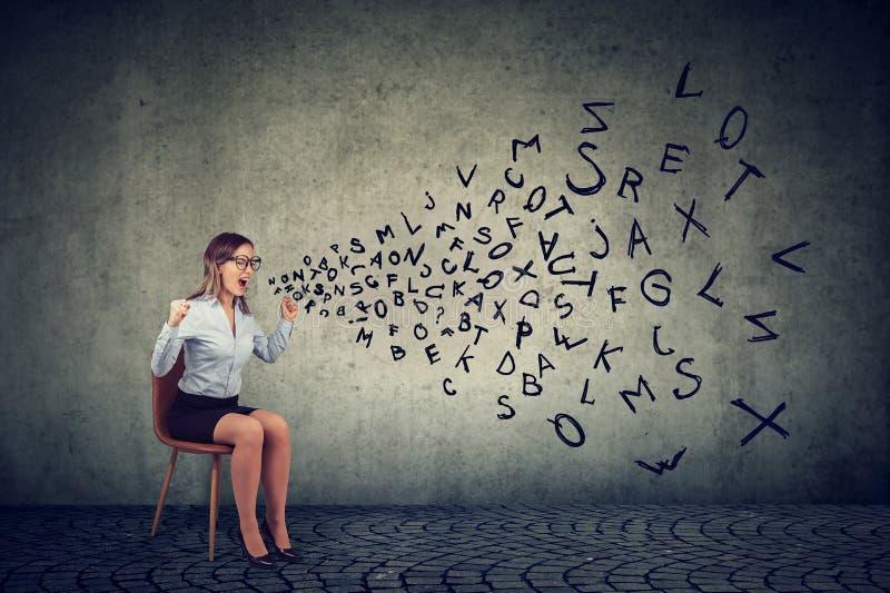 Stressed lokalisierte den weiblichen Angestellten, der auf einem Stuhl sitzt, der in der Frustration schreit stockfoto
