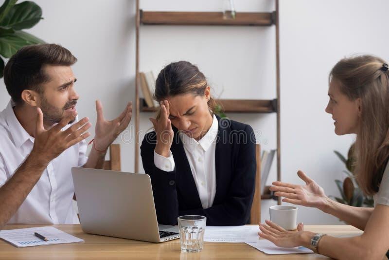 Stressed molestó al empleado de oficina que tenía jaqueca del dolor de cabeza en la reunión de negocios fotos de archivo