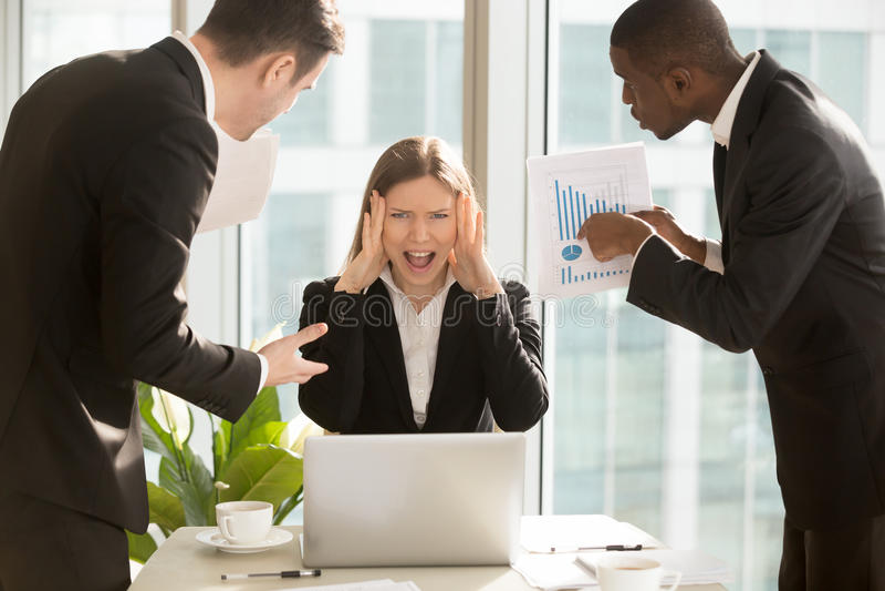 Stressed sobrecarregou a mulher de negócios que grita, multitarefa irritada foto de stock