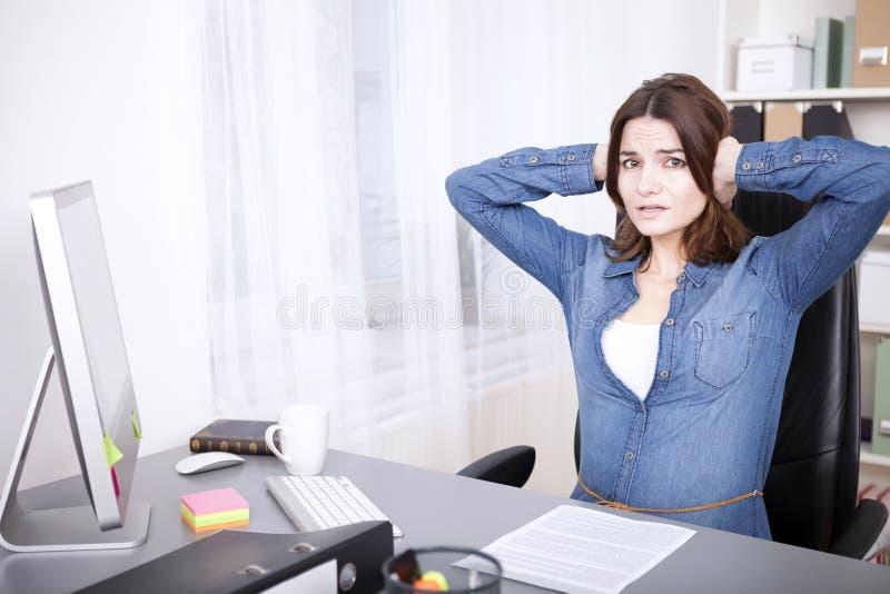 Stressed a surmené la jeune femme d'affaires photos libres de droits