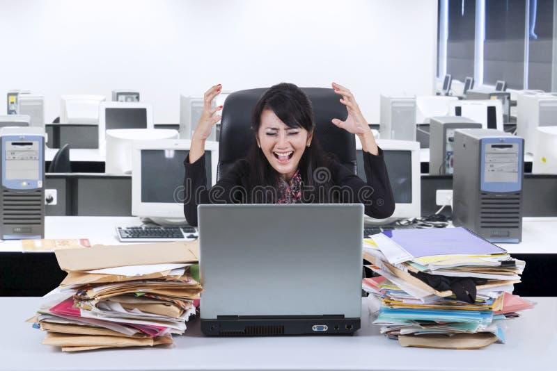 Stressfull女实业家尖叫在办公室 库存照片