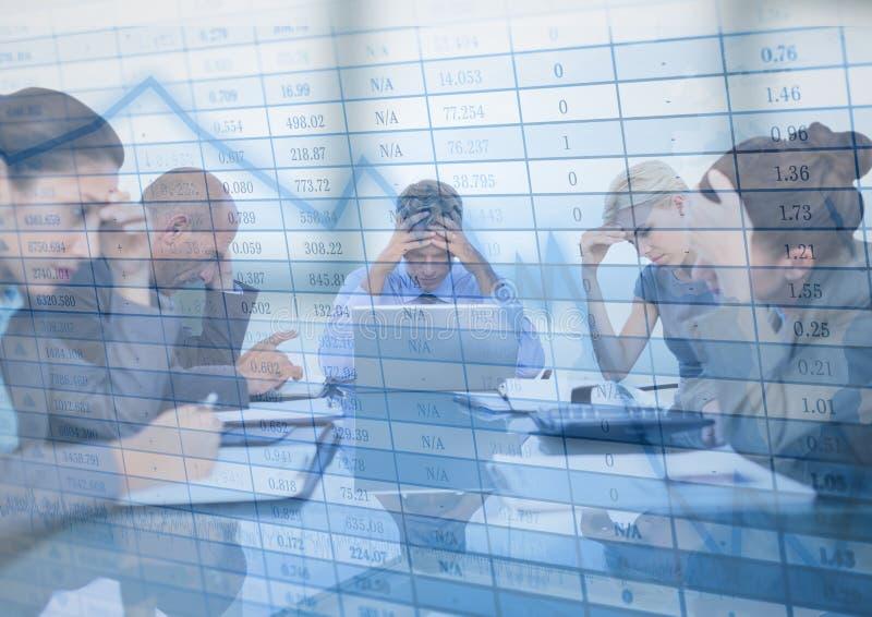 Stressfull affärsmöte med den grafiska samkopieringen för diagram mot oskarpt fönster royaltyfria bilder