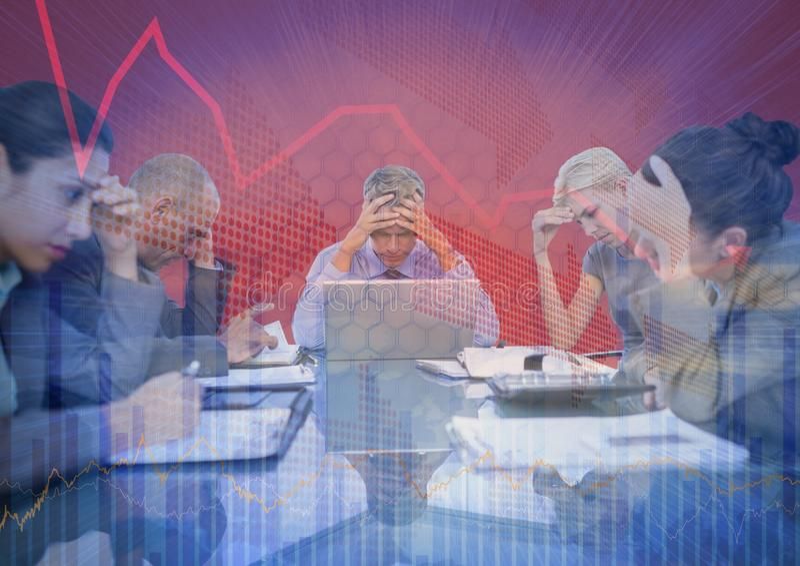 Stressfull affärsmöte med den grafiska samkopieringen för diagram mot röd bakgrund arkivbilder