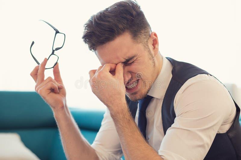 Stressig man som har visionproblem royaltyfri bild