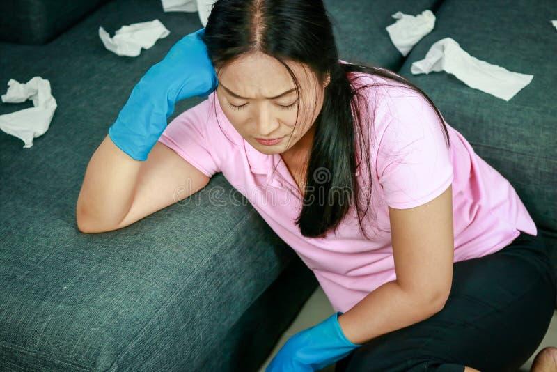 Stressiga kvinnor som gör hushållsarbete royaltyfria foton