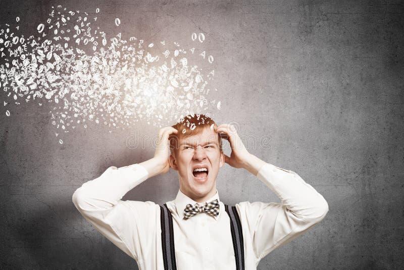 Stressiger Rothaarigestudent hält Hände auf Kopf stockfotografie