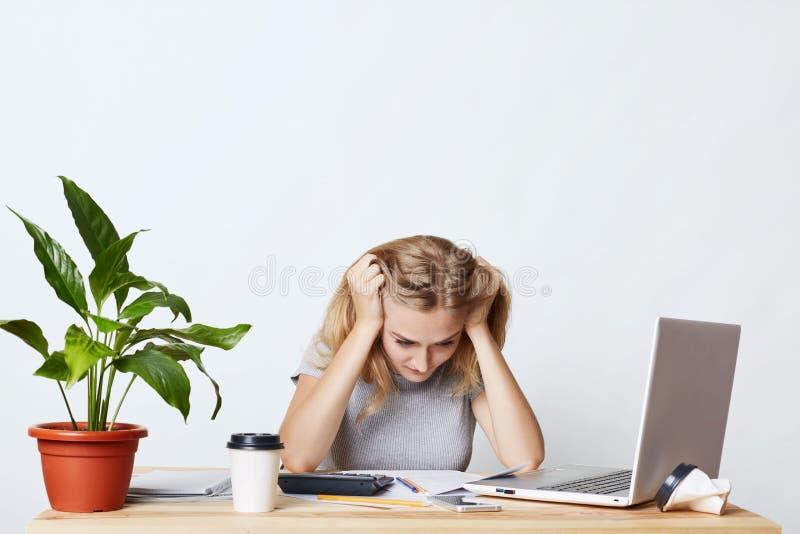 Stressiges weibliches Arbeiten mit den Zahlen, nicht könnend Geschäftsbericht tun und haben Panik und fokussiert werden auf Dokum stockbilder