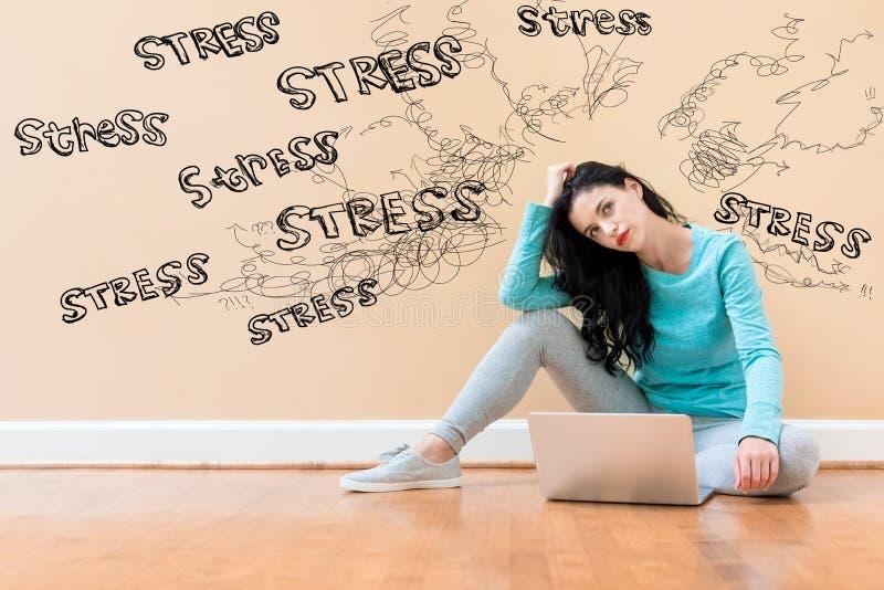 Stresstema med en kvinna som använder en bärbar dator royaltyfri fotografi