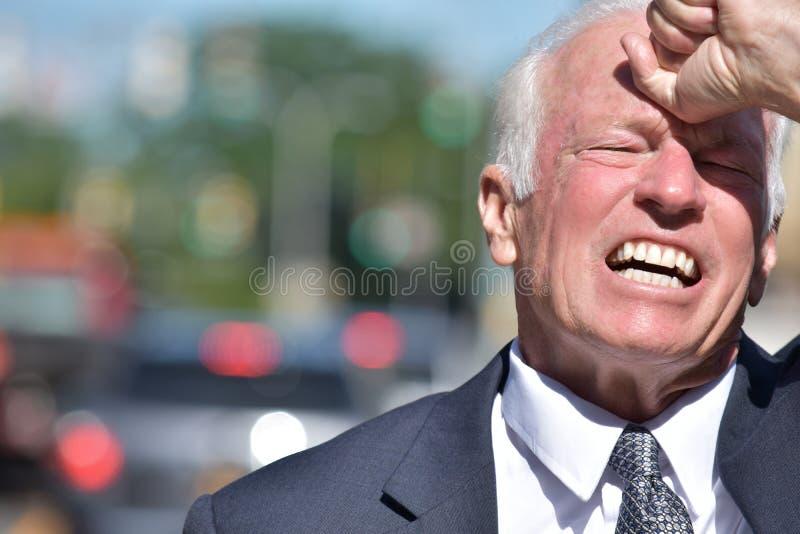 Stresujący Dorosły Starszy biznesmen Jest ubranym kostiumu śródmieście obrazy stock