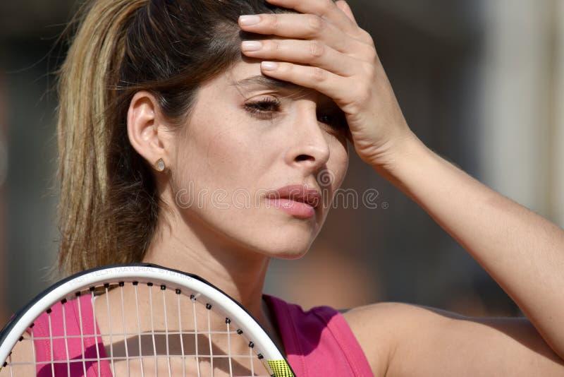 Stresująca Żeńska gracz w tenisa kobieta Jest ubranym Sportswear zdjęcia royalty free