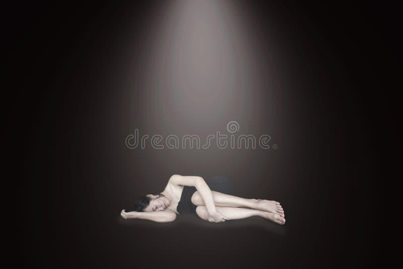 Stresująca i beznadziejna kobieta kłaść na ziemi zdjęcie royalty free