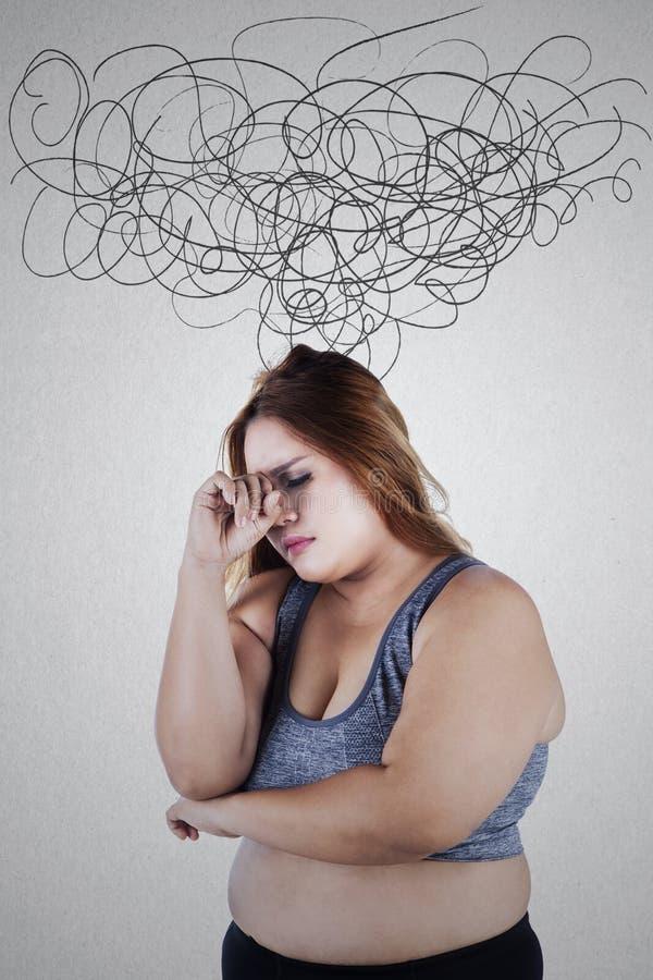 Stresująca z nadwagą kobieta z zmiętym znakiem zdjęcia stock