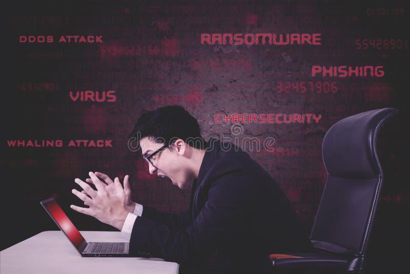 Stresujący biznesmen krzyczy na uszkadzającym laptopie fotografia royalty free