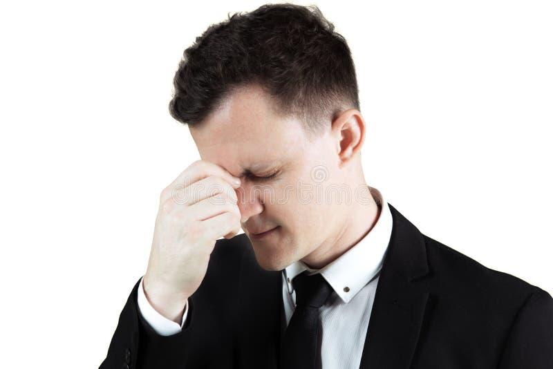 Stresujący biznesmena kurczenie się jego czoło zdjęcia stock