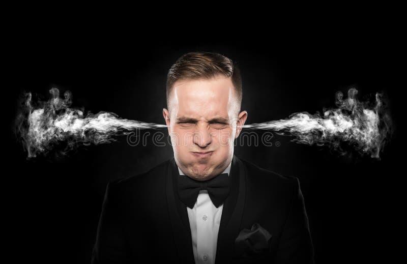 Stresujący mężczyzna z dymny nadchodzącym out od jego ucho zdjęcia stock