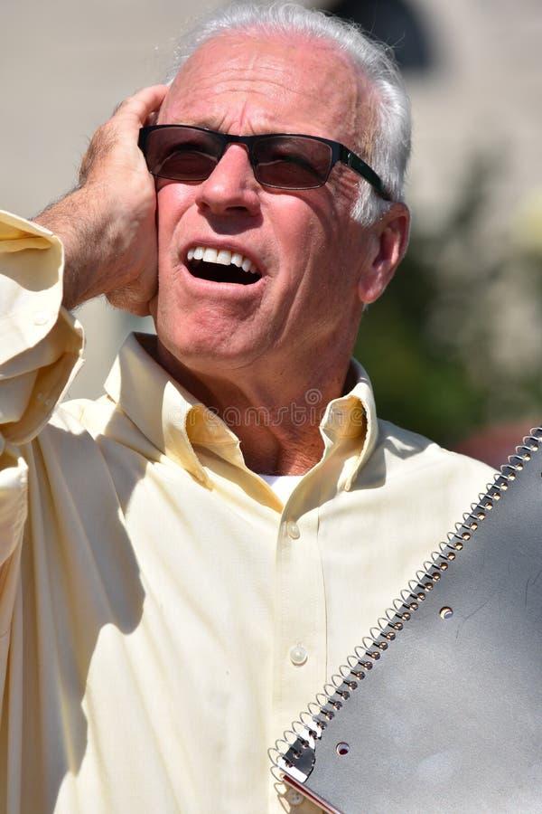 Stresujący Męski nauczyciel Jest ubranym okulary przeciwsłonecznych Z notatnikiem fotografia royalty free