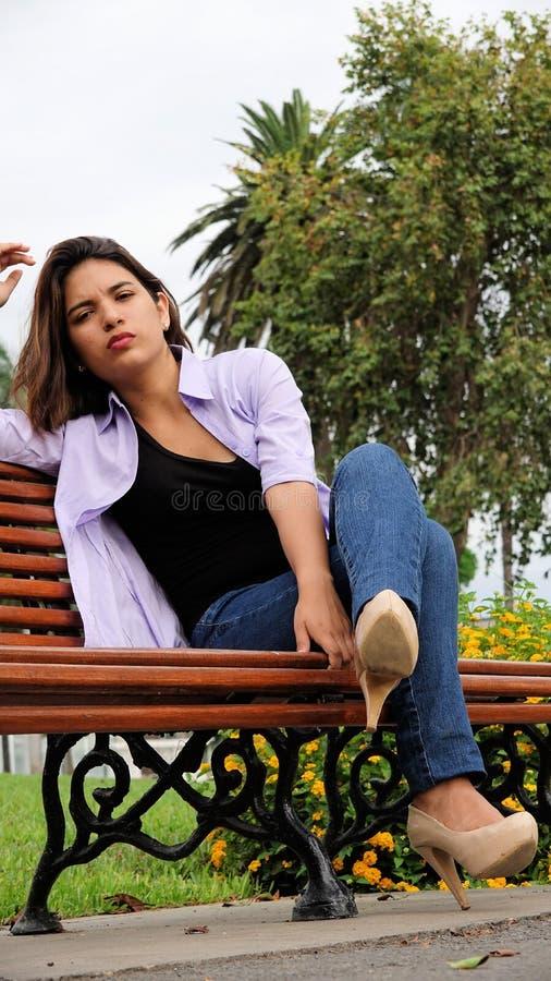 Stresujący młodej osoby obsiadanie Na ławce obraz stock