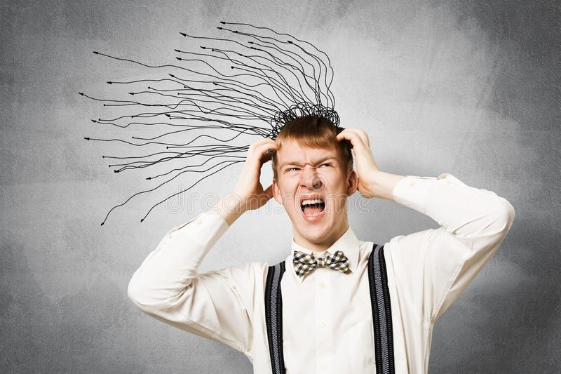 Stresuj?ce rudzielec ucznia utrzyma? r?ki na g?owie zdjęcia royalty free