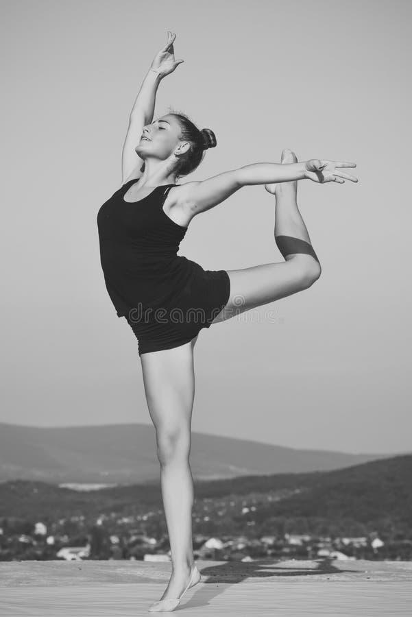 stretching Kobiety gimnastyczka w czarnym sportswear w joga pozie fotografia stock