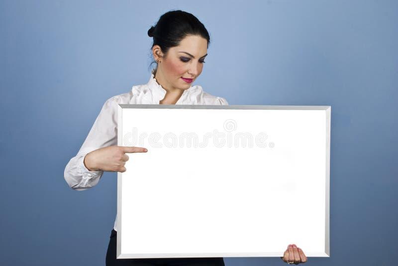 Stretta della donna di affari una bandiera in bianco fotografia stock libera da diritti