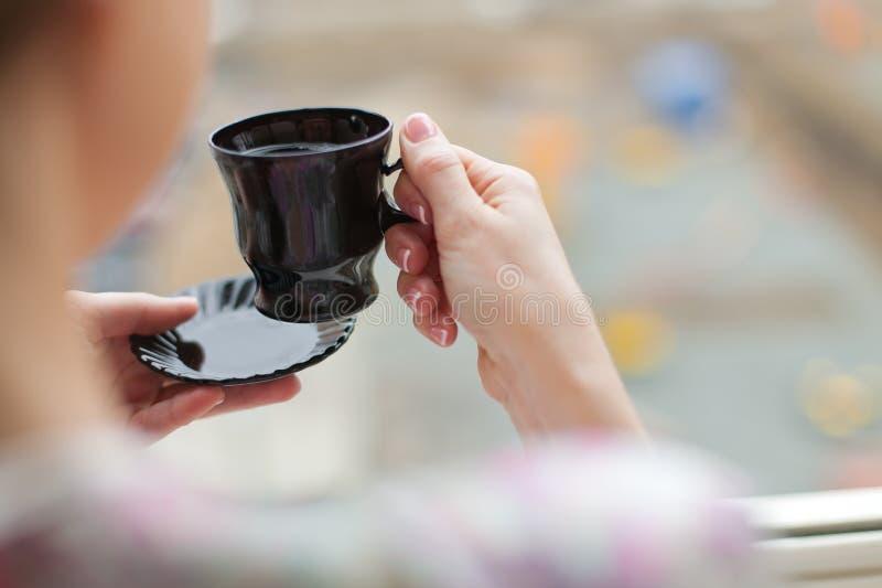 Stretta della mano un la tazza di tè fotografia stock