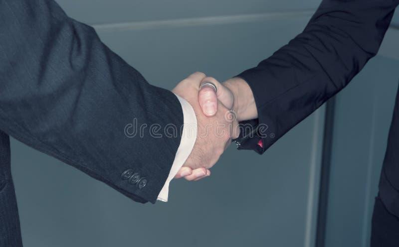 Stretta di mano 2 di affari immagine stock libera da diritti
