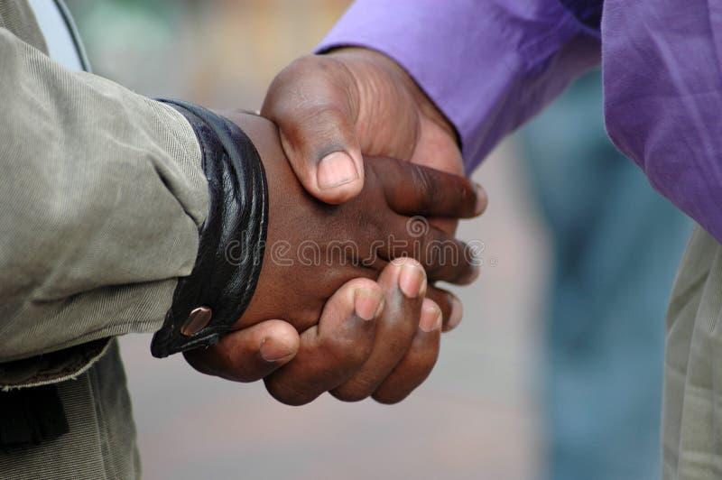 Stretta di mano africana fotografia stock