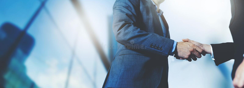 Stretta di mano degli uomini d'affari - riunione d'affari e concetto di associazione fotografie stock libere da diritti