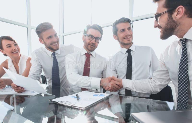 Stretta di mano dei partner finanziari alla riunione di lavoro immagini stock