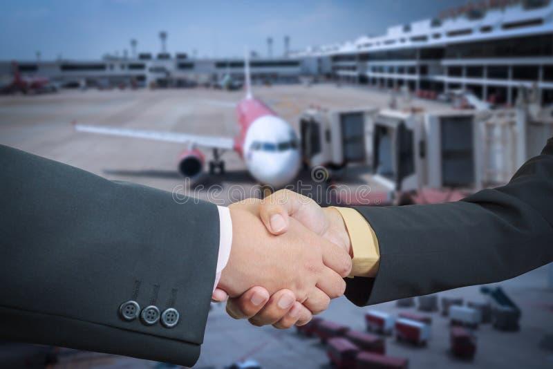 Stretta di mano dell'uomo d'affari con il trasporto dell'aereo di aria immagini stock libere da diritti