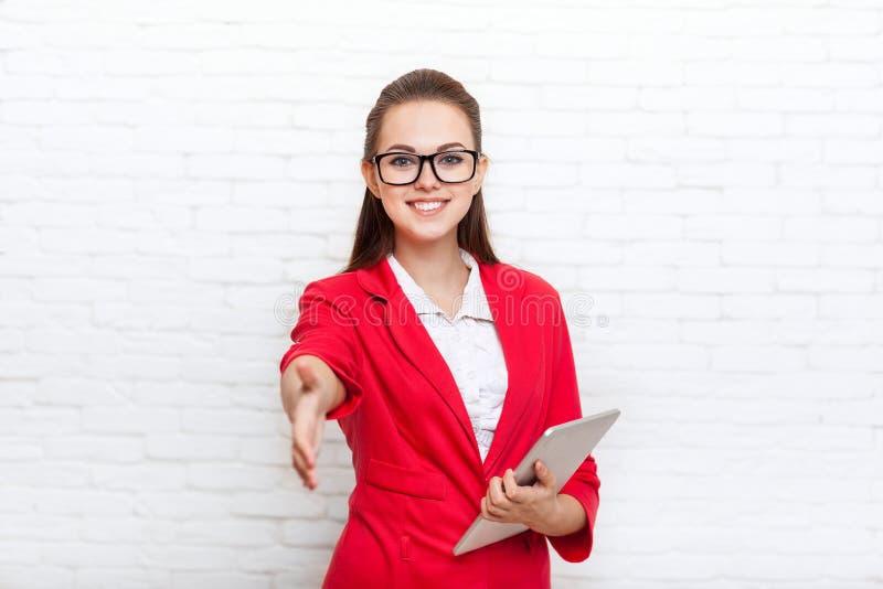 Stretta di mano della donna di affari, vetri rossi del rivestimento di usura di gesto di benvenuto della mano della tenuta immagini stock libere da diritti