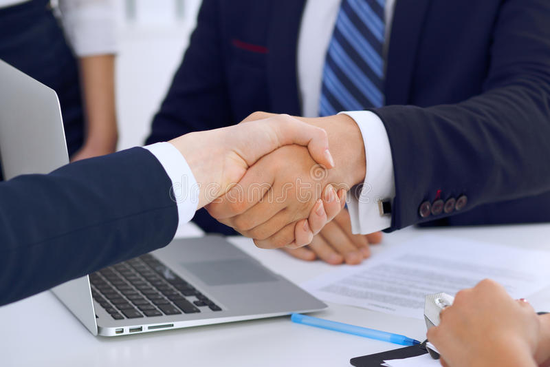 Stretta di mano di affari alla riunione o al negoziato nell'ufficio I partner sono soddisfatti perché firmando il contratto o fin immagini stock