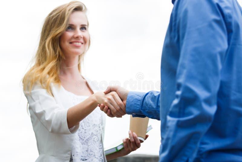 Stretta di mano di elasticità di due genti dopo accordo immagini stock libere da diritti
