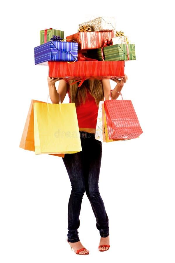 Stretta graziosa della ragazza di acquisto molti contenitori e sacchetti di regalo fotografia stock libera da diritti